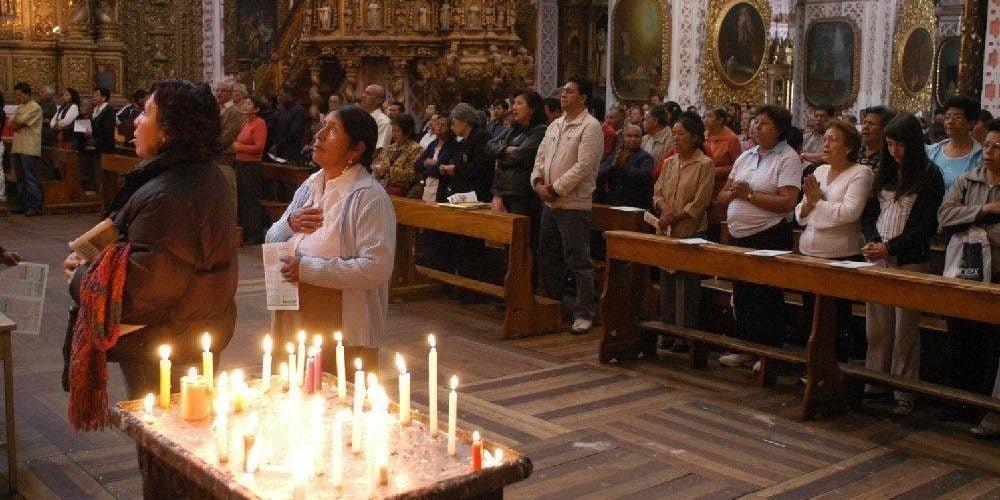 Fieles orando en una Iglesia